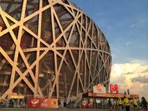 Ludzie przyjeżdża przy ptaka gniazdeczkiem w Pekin oglądać IAAF Światowych mistrzostwa 2015 zdjęcie royalty free