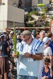 Ludzie przynosili modlitewne książki i cztery obrządkowej rośliny Fotografia Royalty Free