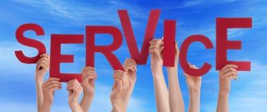 Ludzie ręk Trzyma Czerwonego słowo usługa niebieskie niebo Obraz Royalty Free