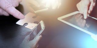 Ludzie ręk używać telefony komórkowych i cyfrową pastylkę; wielokrotność ex ilustracja wektor