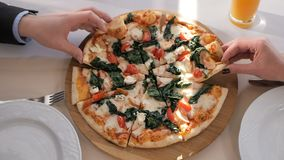 Ludzie ręk w górę wp8lywy kawałków pizza zbiory