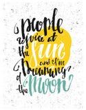 Ludzie radują się przy słońcem i marzę księżyc Motywacja plakat Fotografia Royalty Free