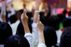 ludzie reaguje pytanie podnosić ich palec wskazującego wpólnie jako praca zespołowa dla jedności, jednomyślnej zgoda i collabora obraz stock