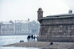 Ludzie relaksują na Neva rzece Zdjęcia Royalty Free