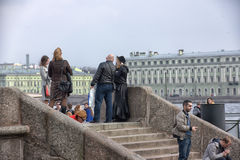 Ludzie relaksują na Neva rzece Obraz Royalty Free