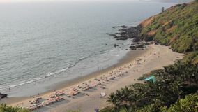 Ludzie relaksują na piaskowatej plaży z, kąpać w ocean falach i, widok z lotu ptaka słońce parasolami i loungers zbiory wideo