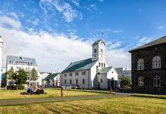 Ludzie relaksują na trawie obok kościół w centrum Ponowny Zdjęcie Royalty Free