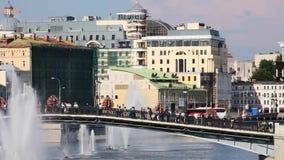Ludzie relaksują w mieście w świętowaniu wokoło fontann i parkują na ulicach Moskwa zdjęcie wideo
