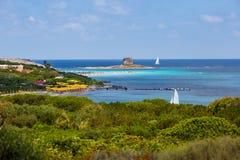 Ludzie relaksuje na losu angeles Pelosa plaży, Sardinia fotografia royalty free