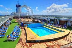 Ludzie relaksuje na przestronnym basenu pokładzie statek wycieczkowy zdjęcie stock