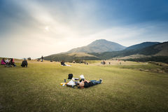 Ludzie relaksuje na zielonej trawy polu przy Qintiangang, Yangmingsha Obraz Royalty Free