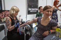 Ludzie robią tatuażom przy 10 th tatuażu Międzynarodową konwencją w expo centrum Obraz Royalty Free
