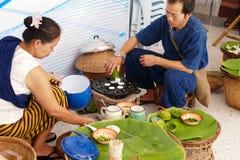 Ludzie robi cukierki i cząberowi piec na grillu kokosowego ryżowego hotcake Obraz Royalty Free