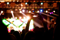 Ludzie robią fotografii z Jego smartphone na koncertach Zdjęcia Royalty Free