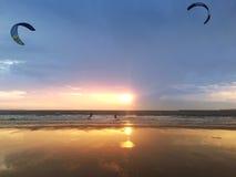 Ludzie robi kitesurfing zdjęcia royalty free