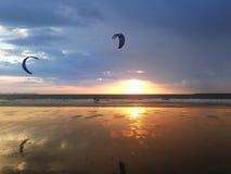 Ludzie robi kitesurfing na plaży Obraz Royalty Free