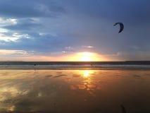 Ludzie robi kitesurfing na plaży w Hiszpania Obrazy Royalty Free