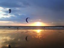 Ludzie robi kitesurfing na plaży w Hiszpania Zdjęcia Royalty Free
