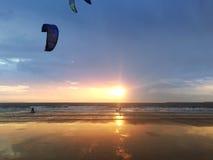 Ludzie robi kitesurfing na plaży w Hiszpania Fotografia Royalty Free