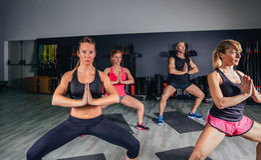 Ludzie robi rozciągliwości ćwiczą w sprawności fizycznej klasie zdjęcie stock
