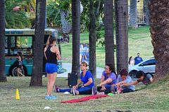Ludzie robi sportowi w parku od Buenos Aires Zdjęcia Royalty Free