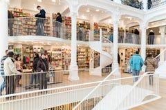 Ludzie Robi zakupy Dla literatur książek W Bibliotecznym centrum handlowym Obraz Royalty Free