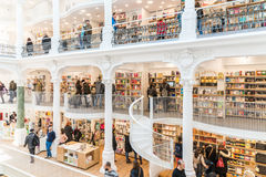Ludzie Robi zakupy Dla literatur książek W Bibliotecznym centrum handlowym Zdjęcia Stock