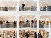 Ludzie Robi zakupy Dla literatur książek W Bibliotecznym centrum handlowym Fotografia Stock