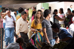 Ludzie robi zakupy przy świeża żywność rynkiem w Ekwador Obrazy Stock