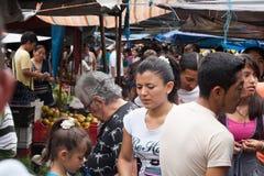 Ludzie robi zakupy przy świeża żywność rynkiem w Ekwador Fotografia Stock