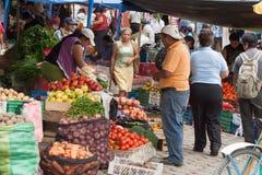 Ludzie robi zakupy przy świeża żywność rynkiem w Ekwador Obraz Stock