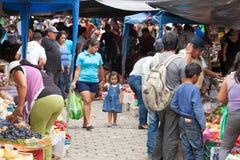 Ludzie robi zakupy przy świeża żywność rynkiem w Ekwador Zdjęcia Royalty Free