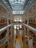 Ludzie robi zakupy w Carturesti Bookstore, rozważającym piękna księgarnia w Bucharest obrazy stock