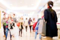 Ludzie robi zakupy w detalicznym centrum handlowym Obrazy Stock