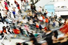 Ludzie robi zakupy w detalicznym centrum handlowym Fotografia Royalty Free