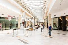 Ludzie Robi zakupy W Luksusowym zakupy centrum handlowym Obraz Royalty Free
