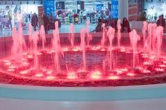 Ludzie robi zakupy wokoło podsufitowej fontanny Zdjęcia Stock