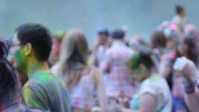 Ludzie rzucają kolory each inny podczas Holi świętowania przy Moskwa zbiory
