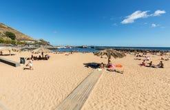 Ludzie są odpoczynkowi na słonecznym dniu przy plażą w Machico Madery wyspa Obraz Stock