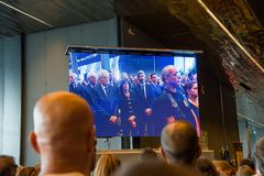 Ludzie są przyglądający presindent Włochy na ekranie obraz stock