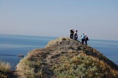 Ludzie są przyglądający z wierzchu góry morze Obrazy Royalty Free