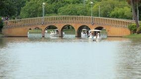 Ludzie są relaksujący z kaczki łodzią przy Chatuchak parkiem w Tajlandia Dobry ogród dla relaksuje i aktywność w naturze Obrazy Royalty Free