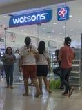 Ludzie są wokoło wchodzić do przy Watsons w Gaisano centrum handlowym Zdjęcie Royalty Free
