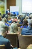 Ludzie Słucha Kluczowy gospodarz przy Biznesową konferencją obraz royalty free
