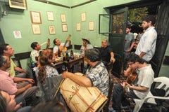 Ludzie słucha przy muzyczną rozrywką w barze Fotografia Stock