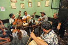 Ludzie słucha przy muzyczną rozrywką w barze Zdjęcia Stock