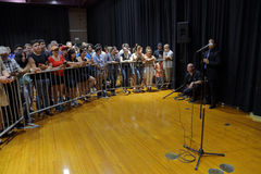 Ludzie Słuchają Bernie Mo, Sanders Mówją przy Prezydenckim wiecem Obrazy Stock