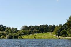 Ludzie są odpoczynkowi w dziejowy parkowy ` Kuzminki-Lublino ` Fotografia Stock