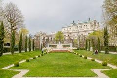 Ludzie ` s ogródu Volksgarten w wiośnie w Wiedeń, Austria obraz stock