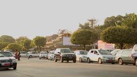Ludzie, samochody i rowery na ulicach w Mandalay, zbiory wideo